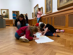 Рисование с мастерами: дети осматривают Латвийский Национальній художественый музей