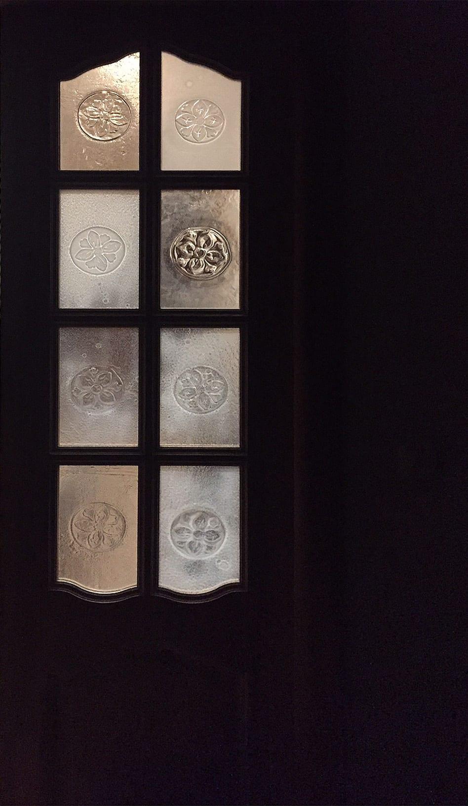 Уникальный стеклянный дизайн в интерьере. Стеклянная дверь с индивидуальным цветочным рельефом. Glass Point