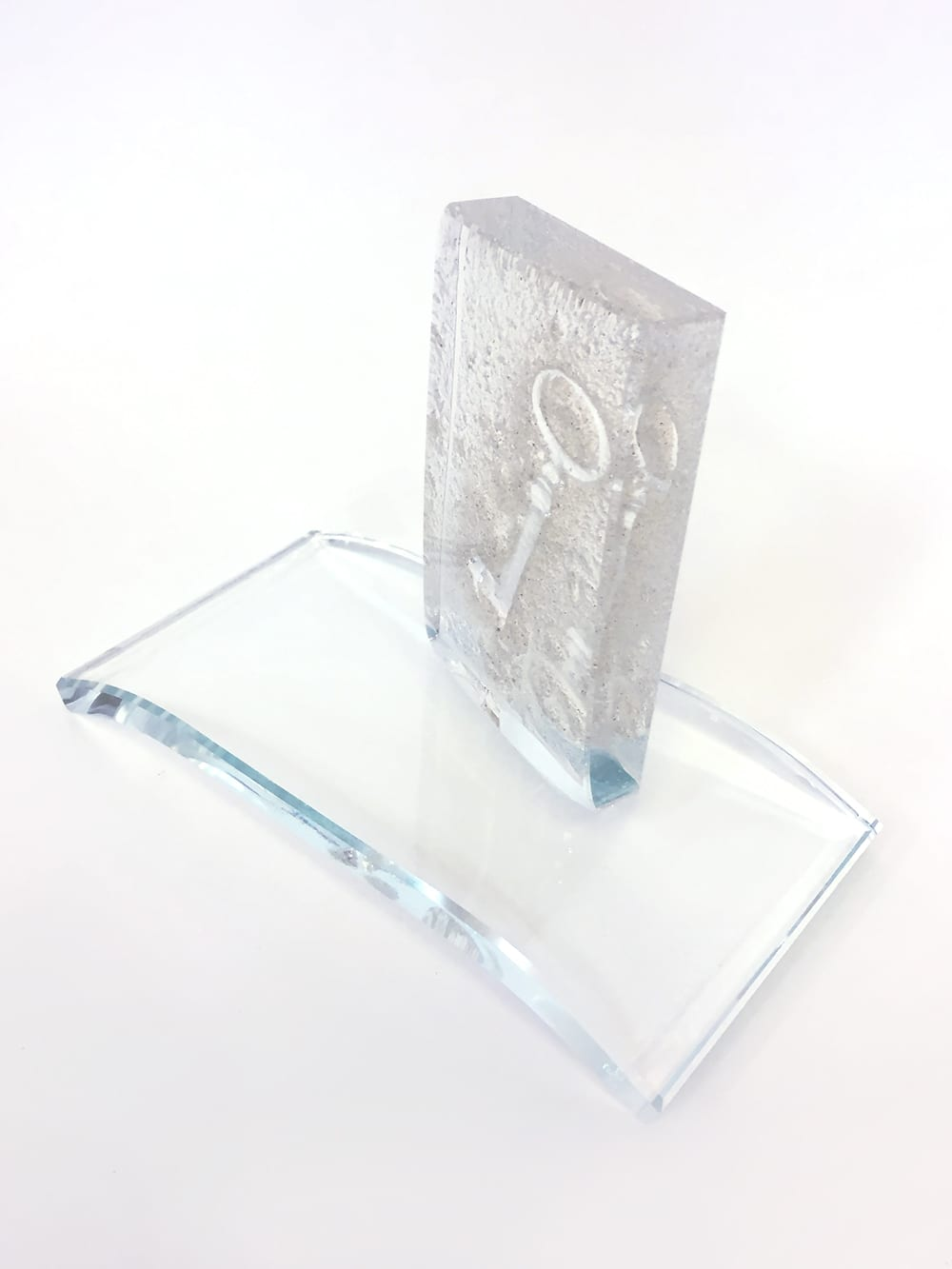 Награды и кубки из стекла. Уникальный стеклянный трофей с отпечатком ключа. Glass Point