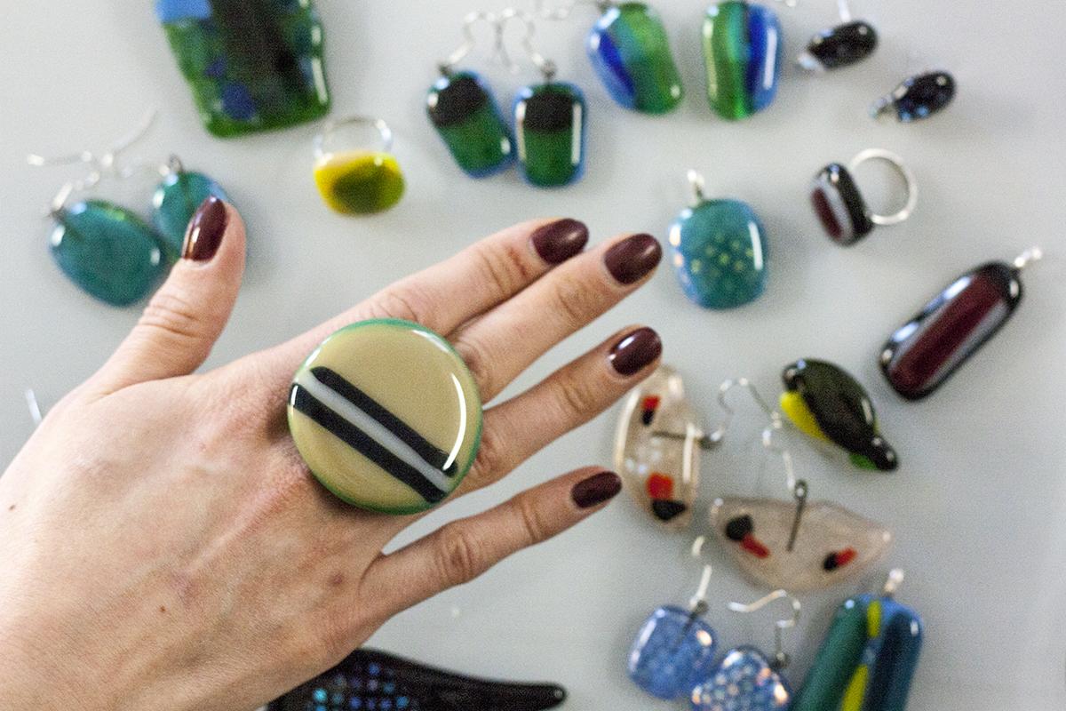 Pašdarinātu Stikla rotu radošā darbnīca. Stikla auskari un gredzeni. Glass Point