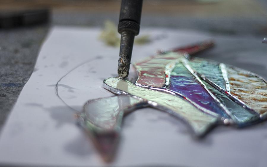Pašdarinātu stikla dekoru process Tiffany tehnikā. Glass Point
